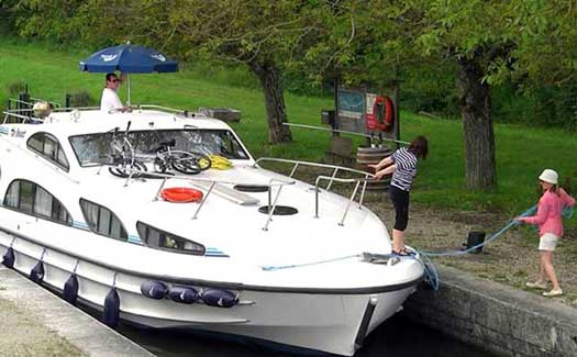 Self-drive hire boating holiday canal barge cruise France Aquitaine Bordeaux