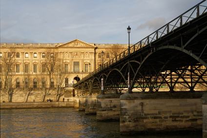 A pedestrian bridge (Le Pont des Arts) links the Institut de France and the central square of the Palais du Louvre.