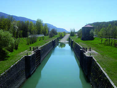 Boat portage ramp leading out of the old lock chamber at Sault-Brénaz to the upper reach, which is several metres higher. A lock could take the place of the ramp.